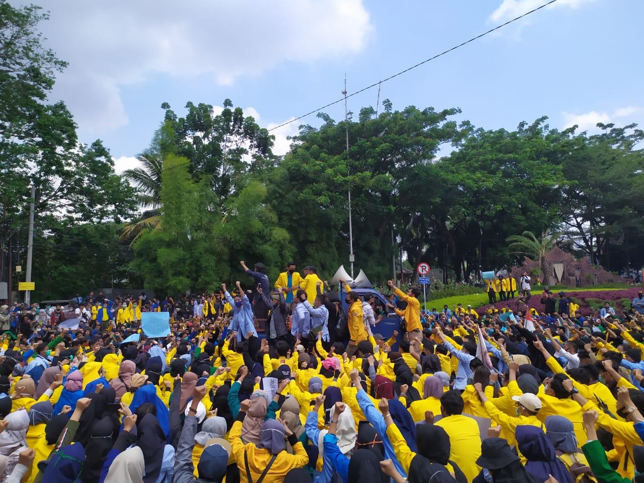 Ratusan Mahasiswa Sumsel Lakukan Unjuk Rasa di DPRD Palembang